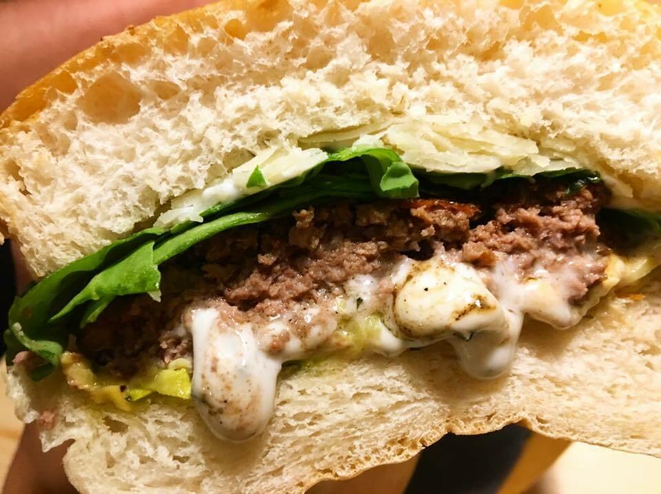 ------ LA:GREEN ------ Bun Brioche, Zucchine Grigliate, Hamburger, Rucola, Maionese alla Menta, Scaglie di Grana