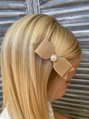 Grote velten strikje met grote parel op clip - beige