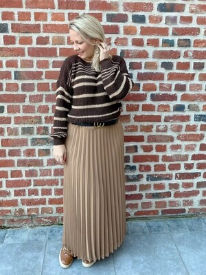 Go with this favorite skirt with belt.