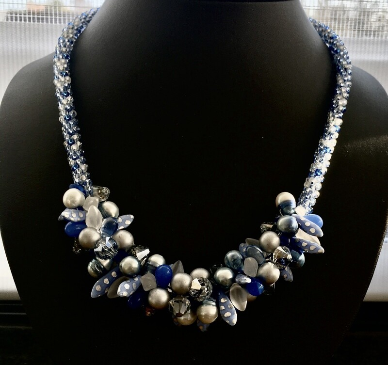 Beaded cluster necklace ( light  blue)