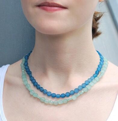 Collier court bleu et vert en plexiglas