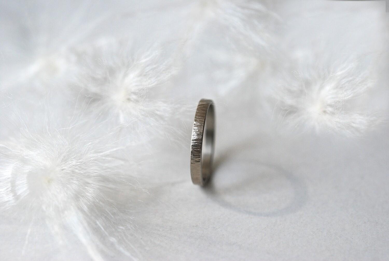 Anneau Martelé en or gris Largeur 3 mm 4 mm