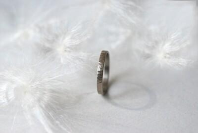 Anneau Martelé en or gris Largeur 3 mm