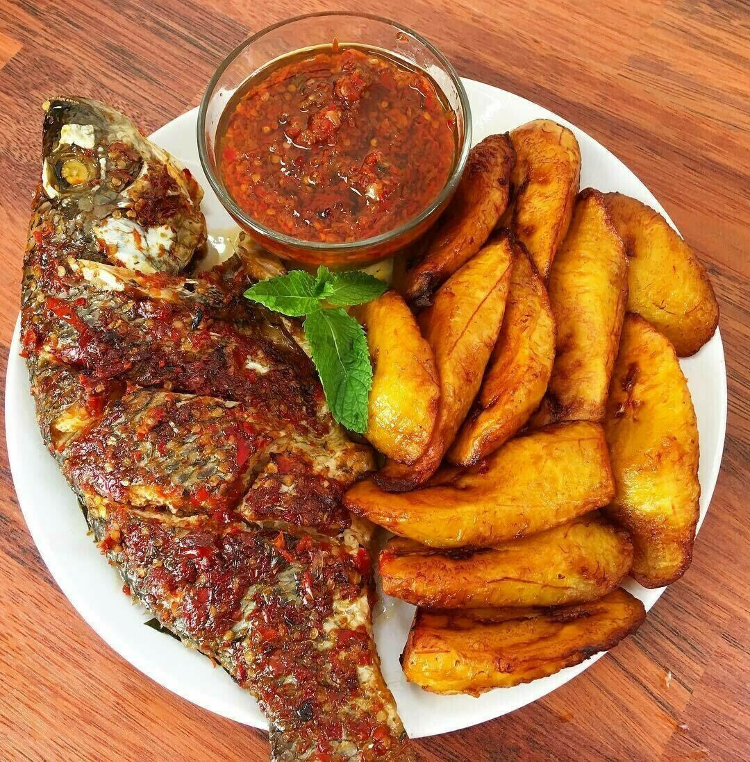 Gebakken bakbanaan met pikante saus en vis\vlees met salade