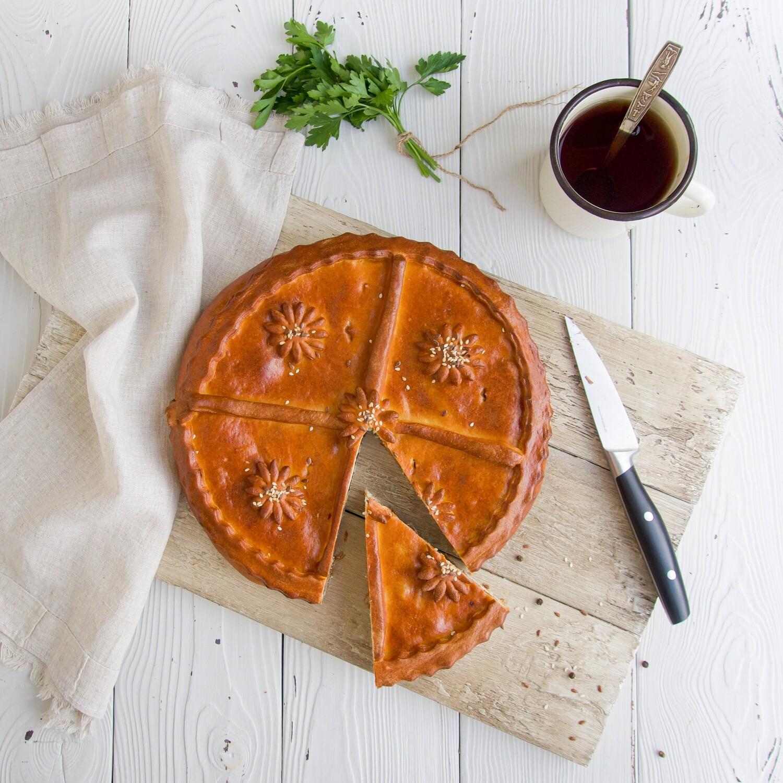 Пирог с мясом, черносливом и сыром