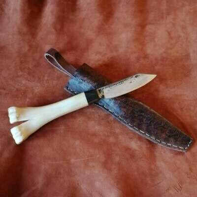 Наружный нож с лезвием, изготовленным из цепного болта восстановительного бака М88, ручка из верблюжьей кости и болотного дуба.