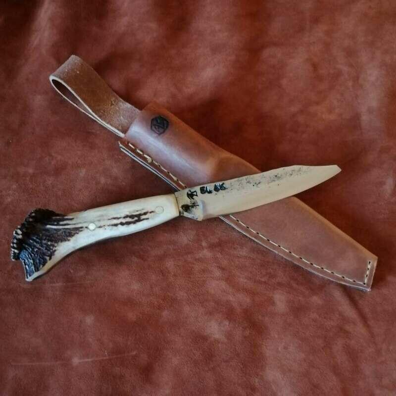 Outdoormesser mit Klinge aus einem 3,7 Flak aus dem 2 WK, Griff aus Rothirschgeweih.