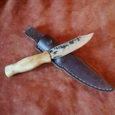 Уличный нож или охотничий нож с лезвием из противотанкового ружья PAK40 времен Второй мировой войны. Ручка сделана из домашней малиновки.