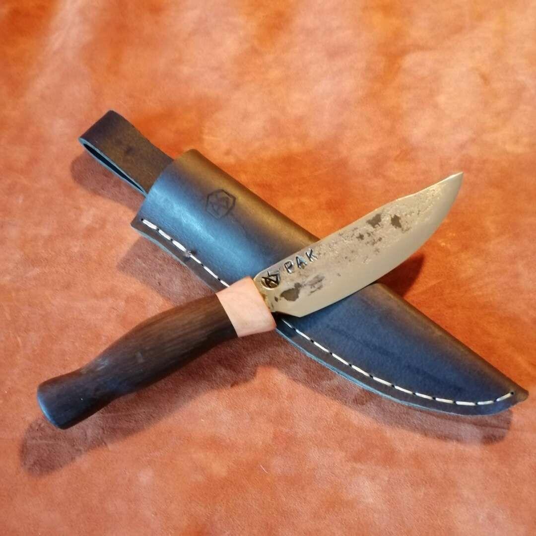 Outdoormesser mit Klinge aus Panzerbrechendem Pak- Geschoss, Griff aus Mooreiche und Zwetschge.