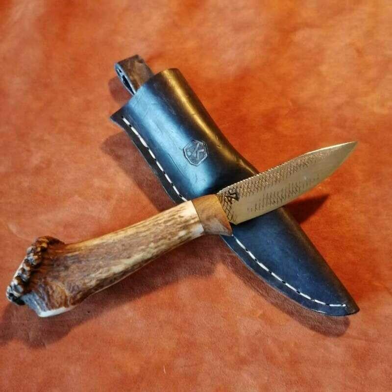 Outdoormesser mit Klinge aus alter Hufraspel, Griff aus Rothirschgeweih und Mooreiche