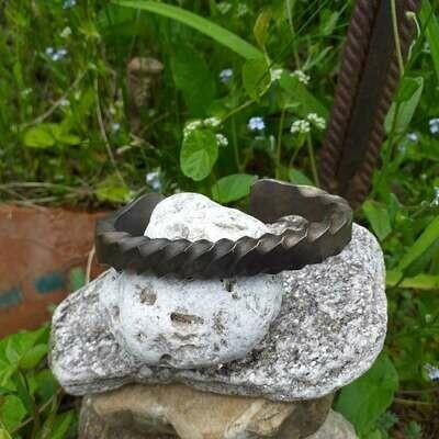 Скручен браслет из нержавеющей стали.