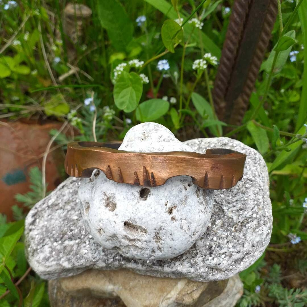 Armspange aus Kupfer Mit stilisierten Reptilienköpfen