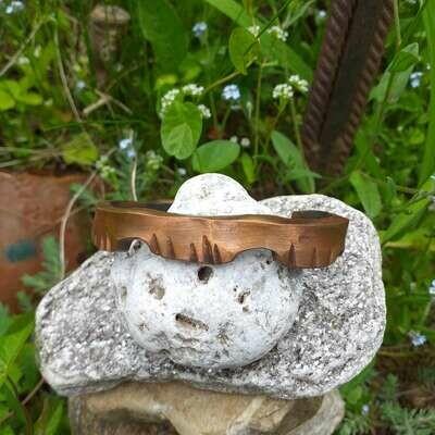 Медный браслет с стилизованными головками рептилий
