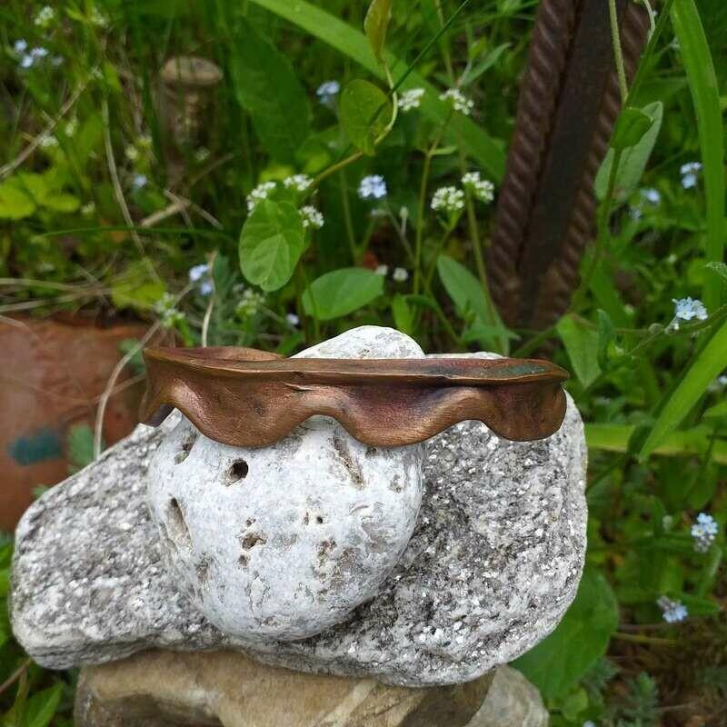 Armspange aus Kupfer mit Wellenform.