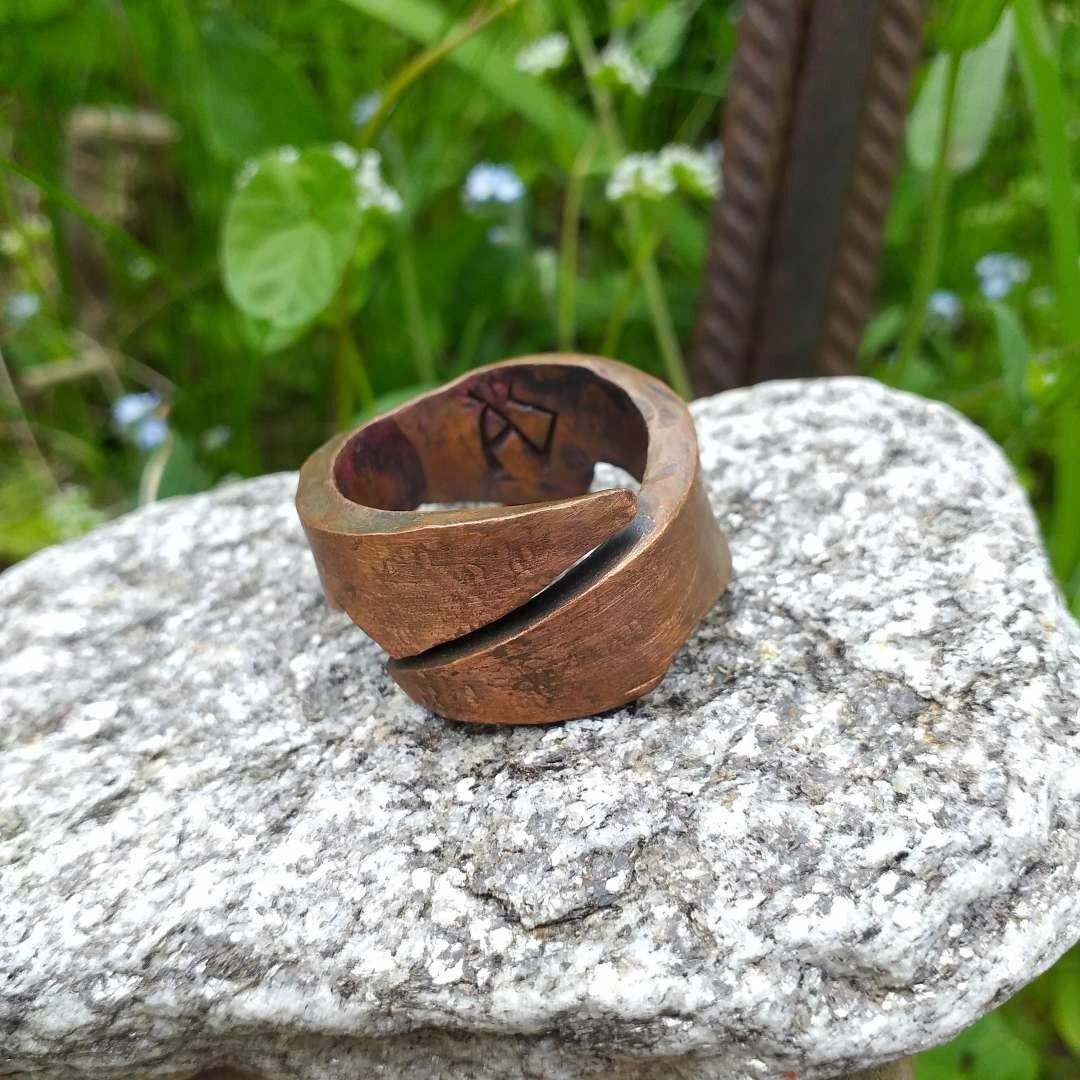 Ring aus Kupfer in Phantasieform