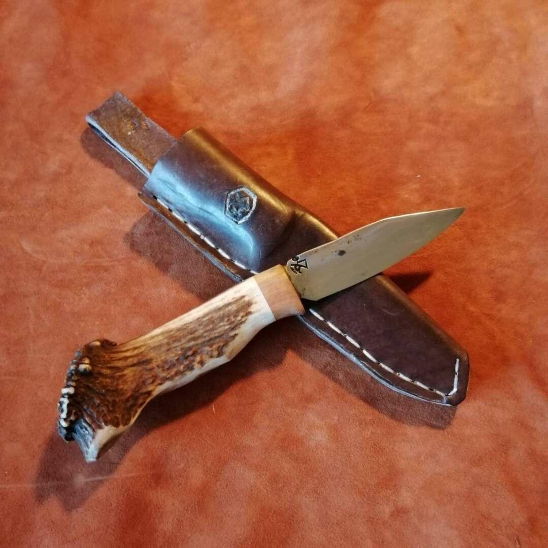 Outdoor bzw. Jagdmesser mit Klinge aus Panzerstahl mit Griff vom Rothirsch und Zwetschge