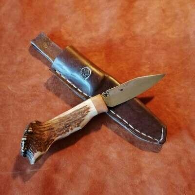 Наружный или охотничий нож с лезвием из броневой стали с рукояткой из оленей и сливы