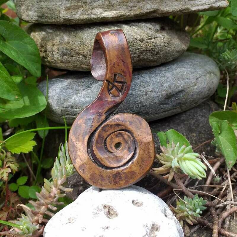Anhänger in Spiralform aus Kupfer