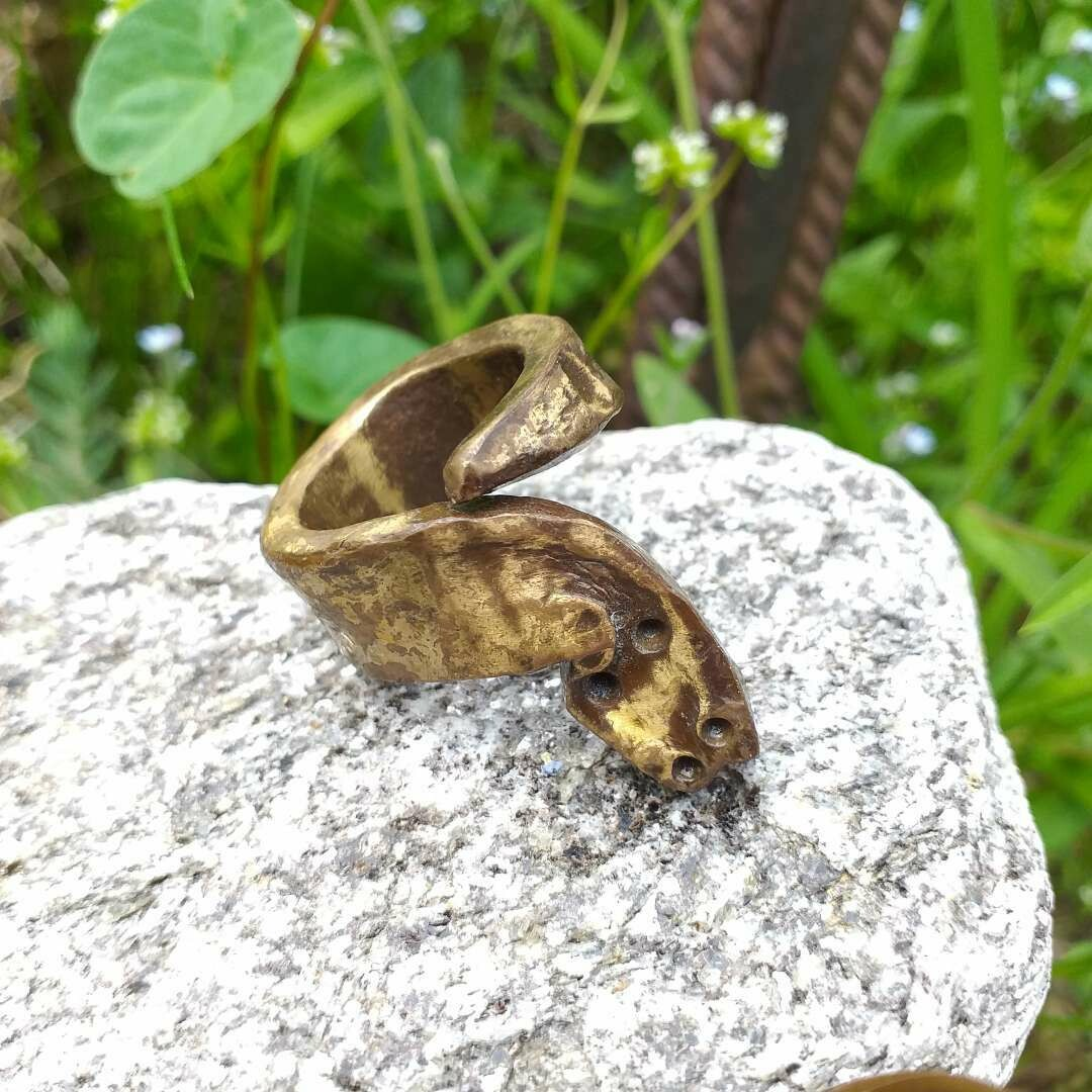 Ring aus Schmiedebronze stilisierte Schlange