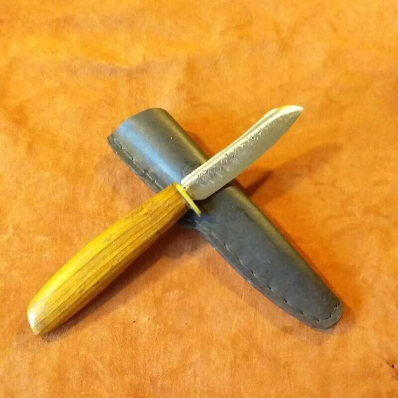 Outdoormesser aus Hufraspel und Bronze mit Griff aus Berberitze