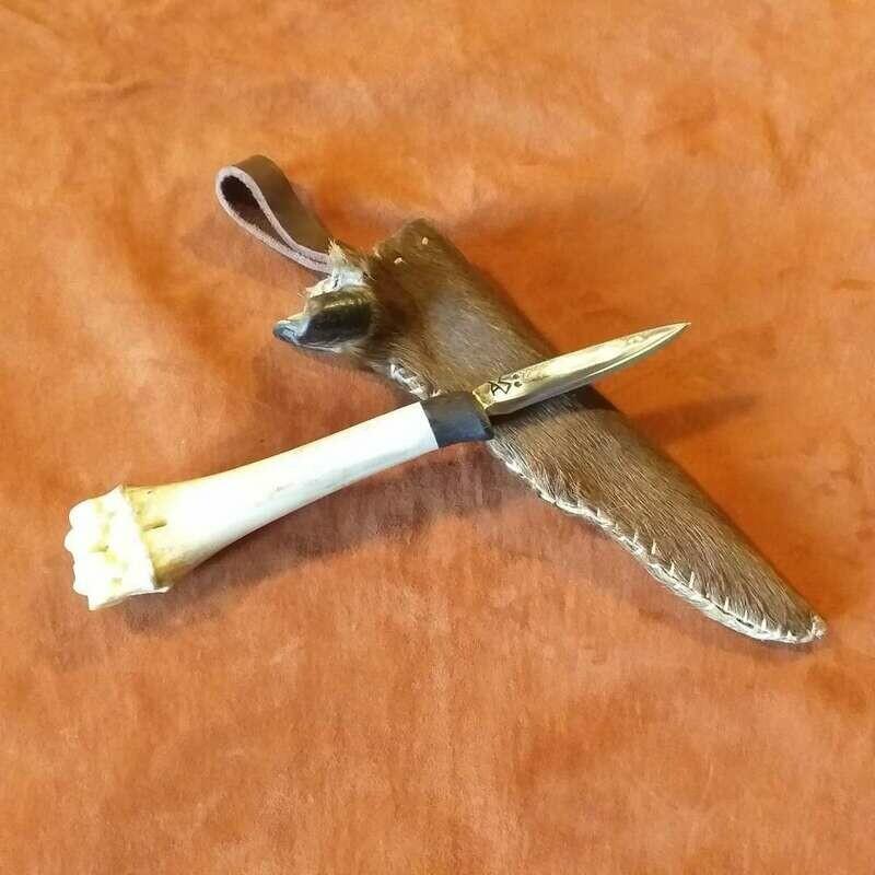 Outdoormesser aus Kohlenstoffstahl mit Griff aus Rothirschknochen und Fellscheide