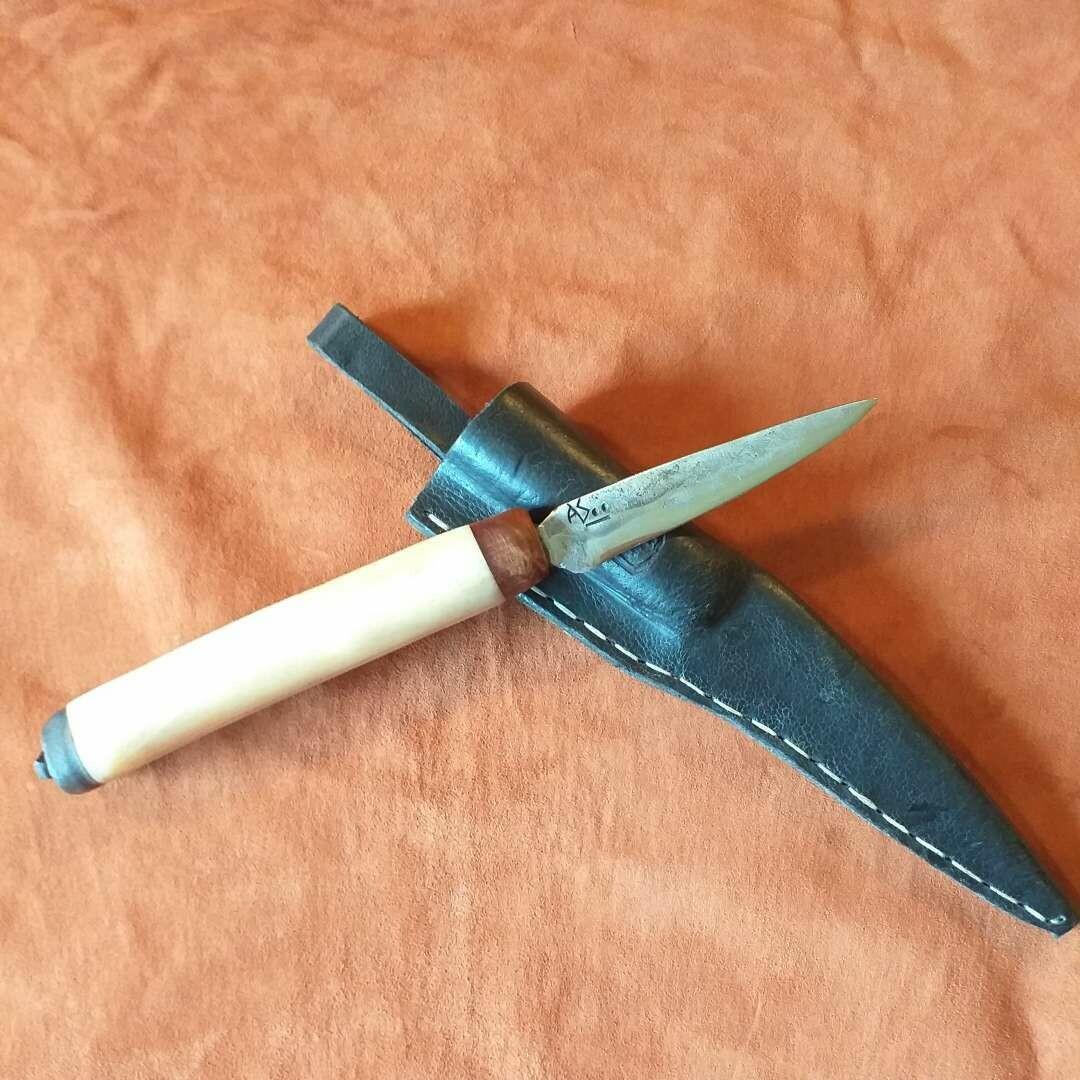 Outdoormesser aus Wolframstahl mit Griff aus Kamelknochen und Kamelsohle mit Thujawurzel