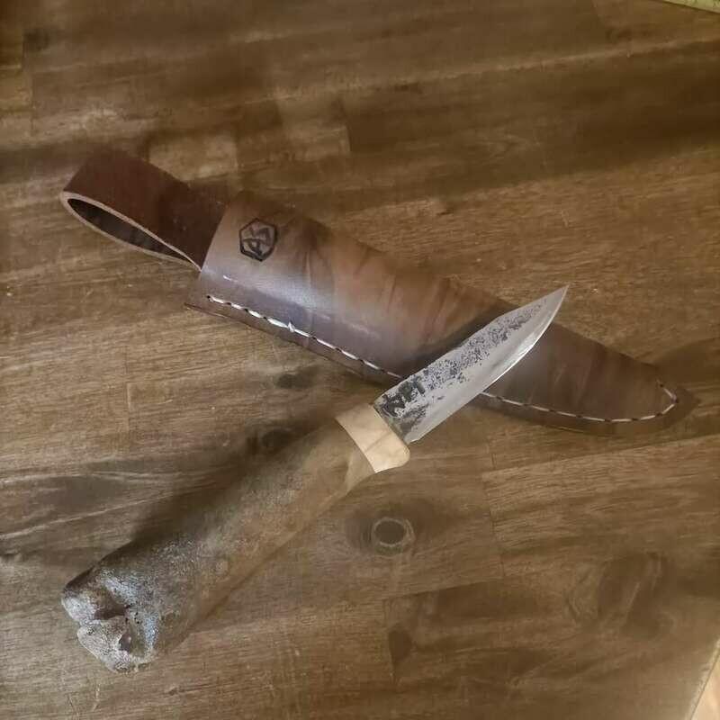 Outdoormesser mit Klinge aus dem Kettenbolzen eines PzKw 1. Griff aus 30.000 Jahre altem Hirschknochen und Schlehe.
