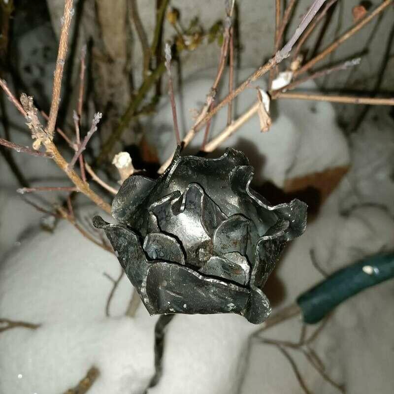 Stilisierte Rose aus 1,5 mm Eisen- Blech. Zum stecken in weiche Untergründe.