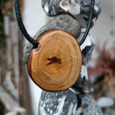 Подвеска из болотного дуба 5000-летней выдержки и терновника.