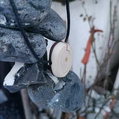 Кулон мамонта из слоновой кости и болотного дуба.