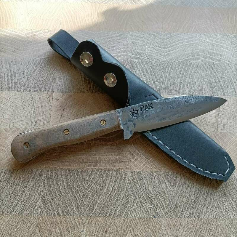 Outdoormesser mit Klinge aus einem Fragment der PAK 3,7, Griffschalen aus dunklem Nussbaum.