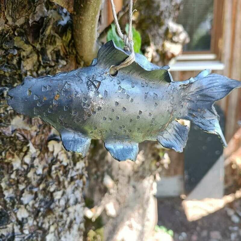Handgeschmiedeter Goldfisch aus Eisen. Unbehandelt