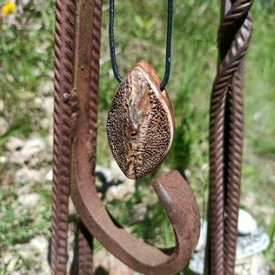 Подвеска с чешуей осетра и марроканским корнем туи