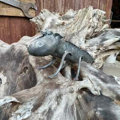 Стилизованная железная ящерица, не обработанная и не покрытая лаком, выкованная вручную