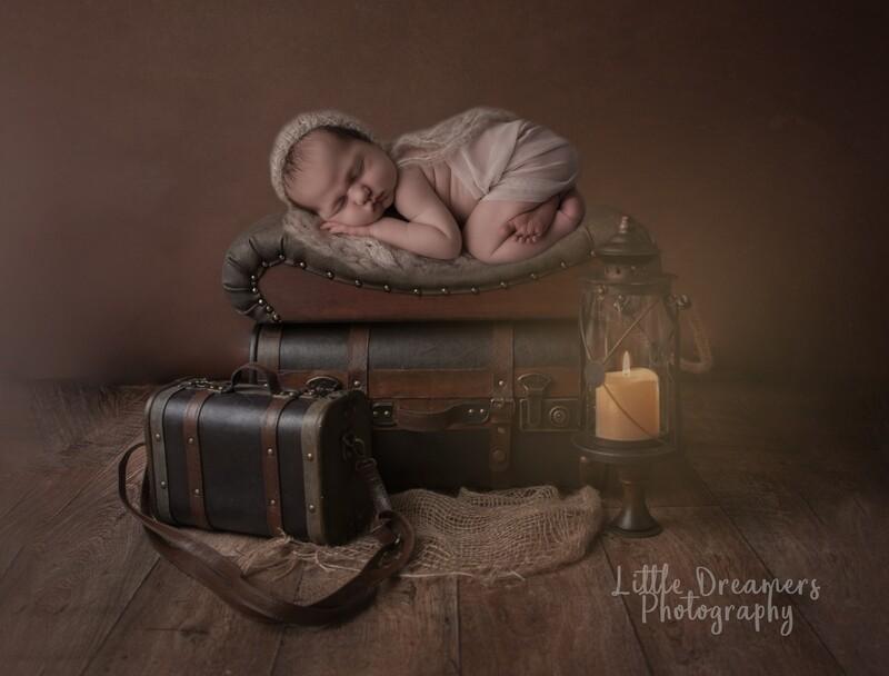 Newborn Digital Background - Brown vintage suitase and lantern
