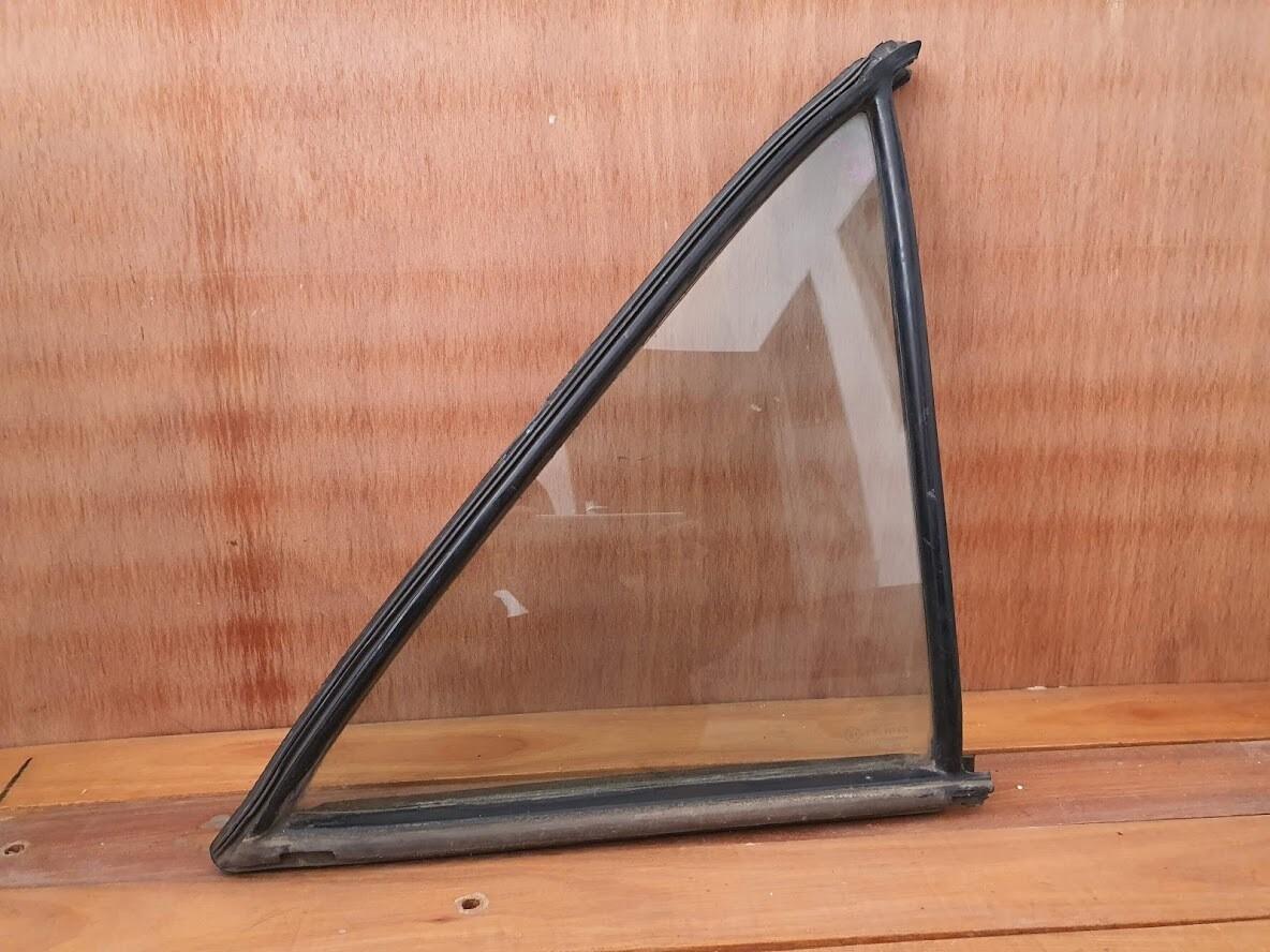 Mercedes-Benz left rear quarterlight glass (W126)