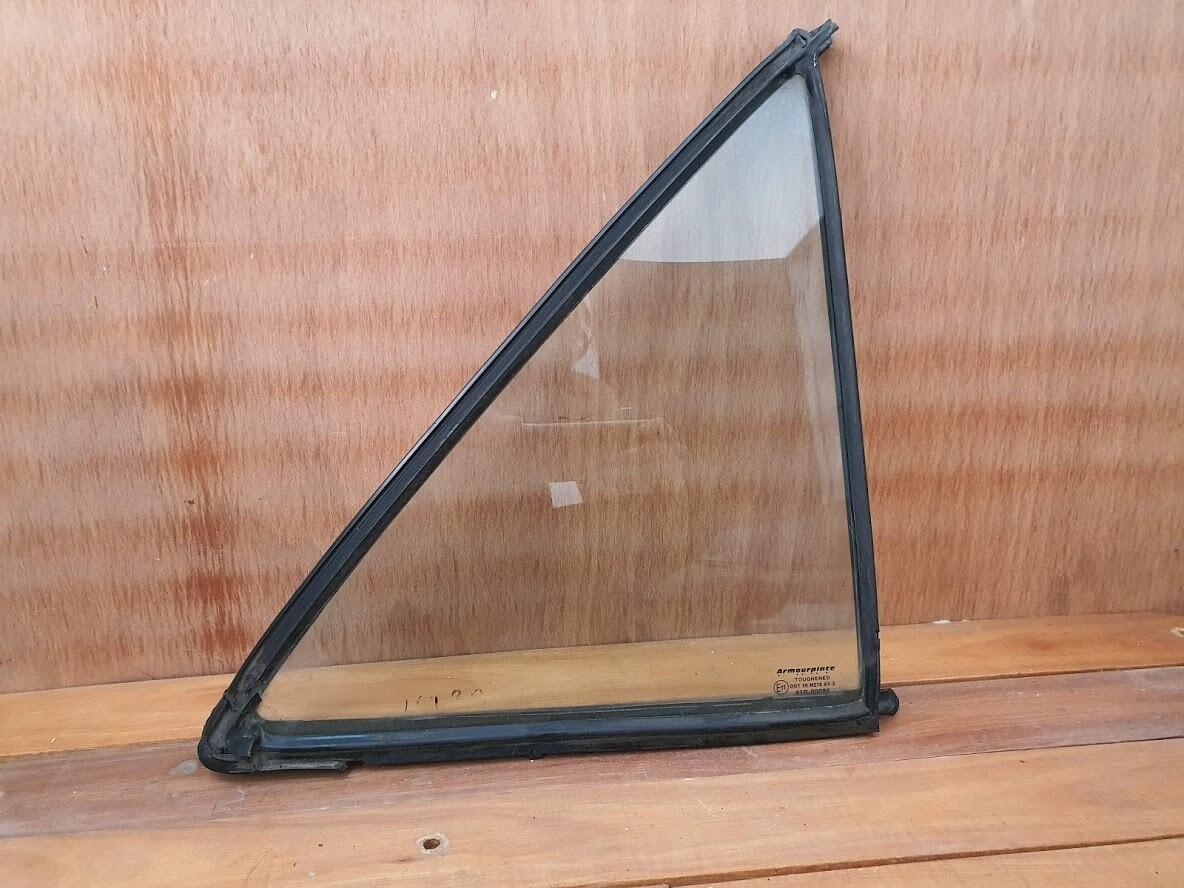 Mercedes-Benz right rear quarterlight glass (W201)