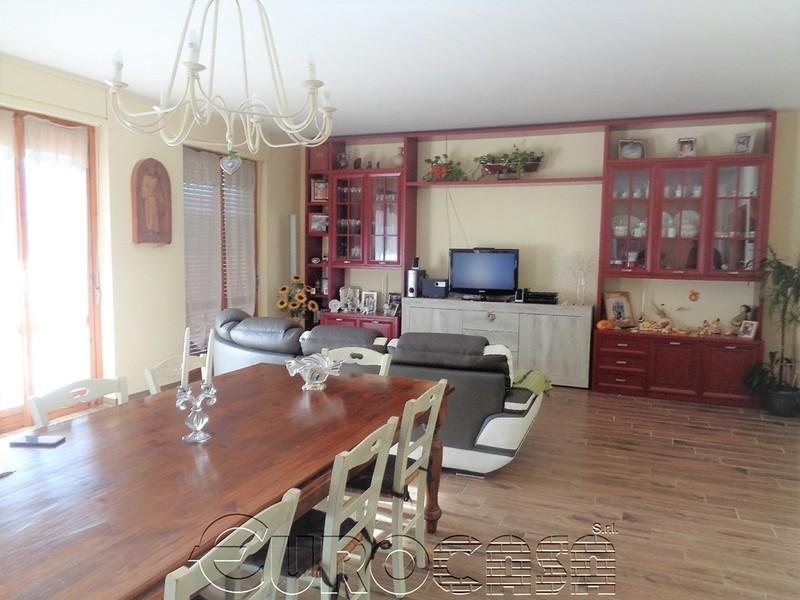RESINA. Casa indipendente plurifamiliare di 480 mq con ampio giardino