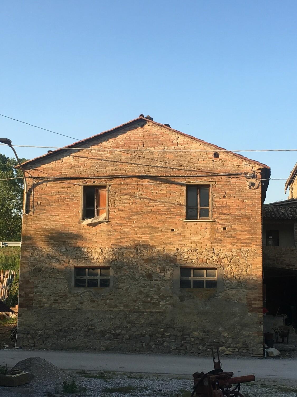 LOC. GIOVE. Rustico in pietra di 200 mq