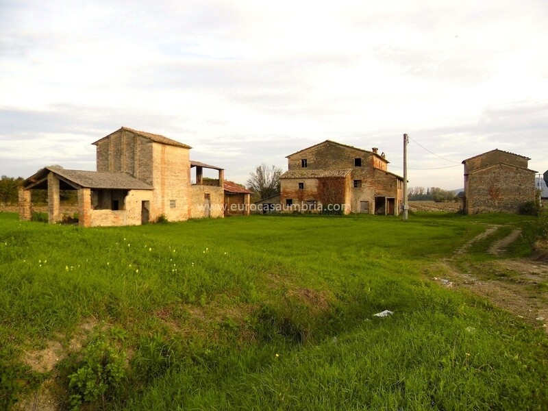 CITTA' DI CASTELLO NORD. Complesso rurale di quattro casolari da recuperare per complessivi 900 mq