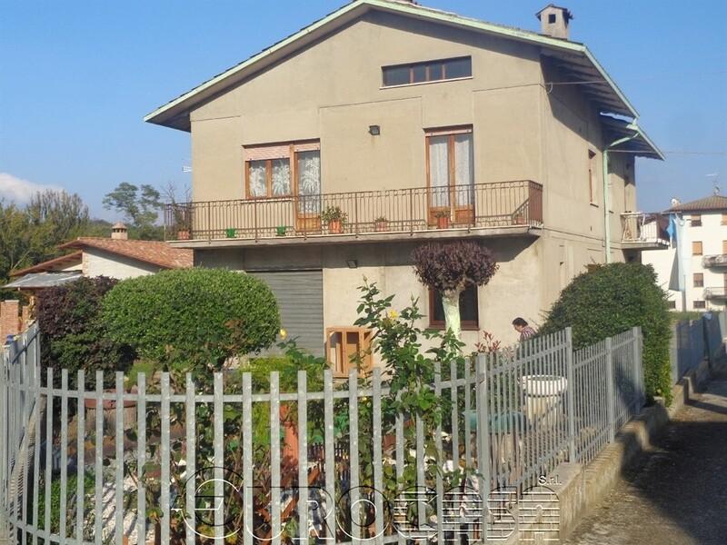 MONTECASTELLI. Casa indipendente di 215 mq con ampio giardino