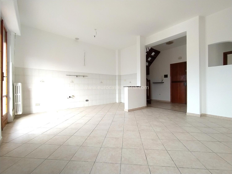 ZONA POLSTRADA. Appartamento di 90 mq con mansarda di 20 mq e garage