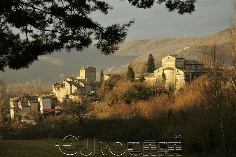 BADIA PETROIA. Torre medioevale di 300 mq ristrutturata all'interno di un caratteristico borgo