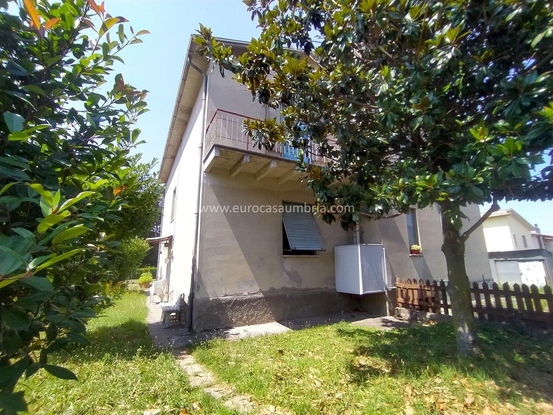 CERBARA. Appartamento indipendente di 110 mq con ampio giardino privato