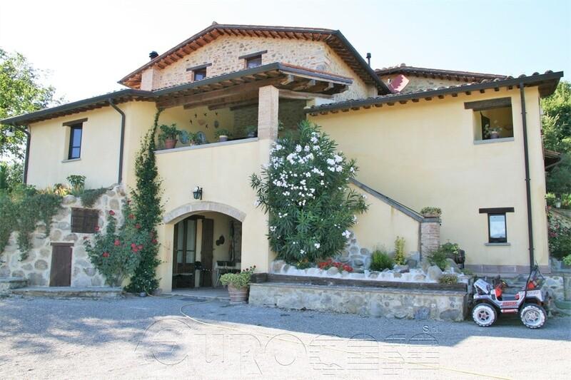 VALLE DEL NICCONE. Casale di 250 mq con oliveto in splendida posizione panoramica