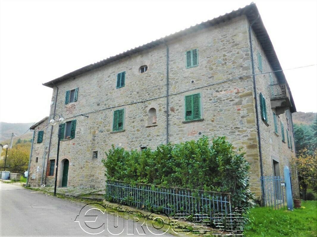 LISCIANO NICCONE. Palazzo storico di 450 mq con tre appartamenti