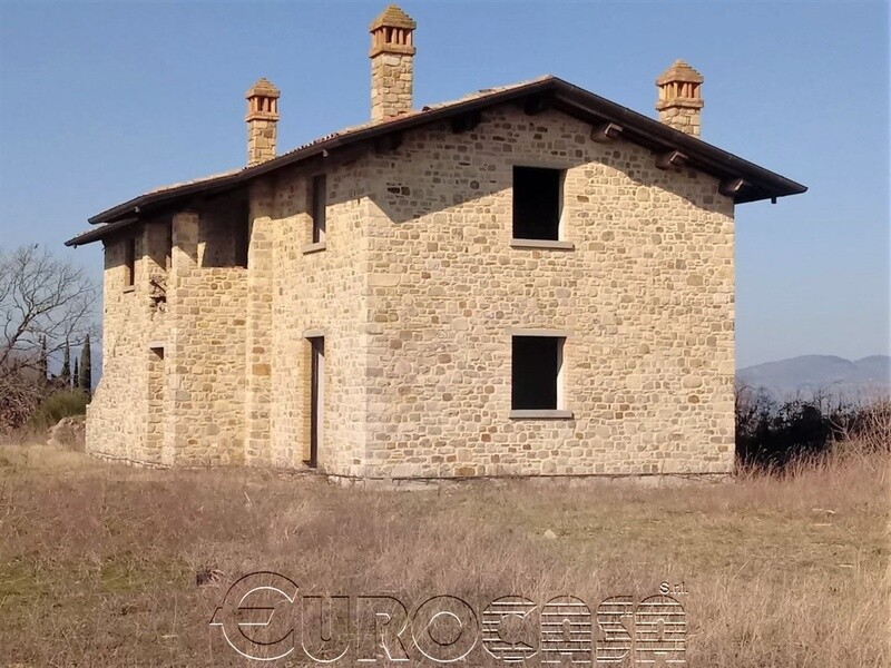 UMBERTIDE. Casale di 220 mq con terreno in posizione panoramica