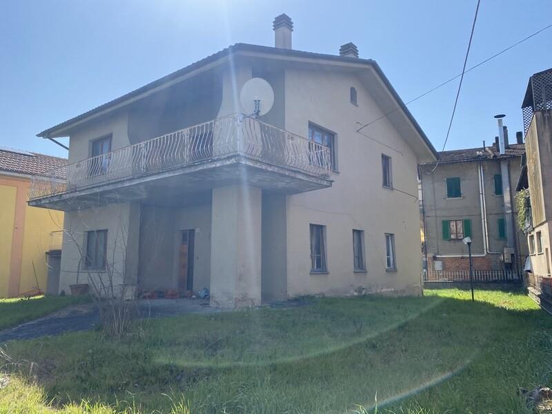 TRESTINA. Casa indipendente di 270 mq con due abitazioni e giardino privato