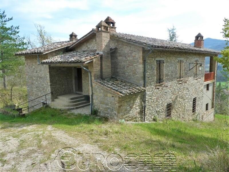 UMBERTIDE. Casale in pietra di 175 mq con terreno in posizione panoramica