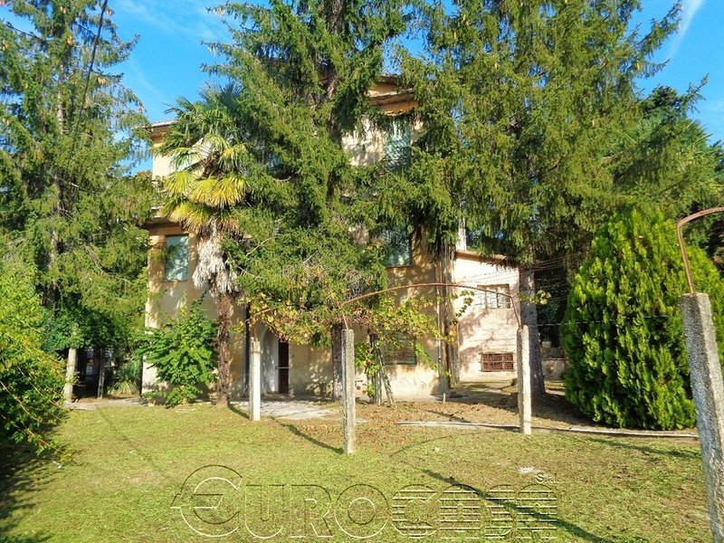 PIERANTONIO. Antica villa trifamiliare di 300 mq in centro